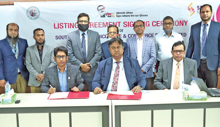 SBAC Bank Managing Director and CEO Mosleh Uddin Ahmed and DSE Chief Regulatory Officer Abdul Latif sign an agreement in the capital on Wednesday.