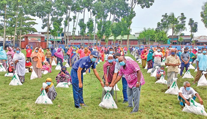 Bashundhara Group brings happiness to the poor in Pabna