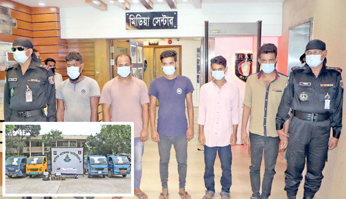 RAB personnel on Thursday produce five members of a carjacking gang before journalists after arresting them from the capital's Darussalam area. Inset, the elite force seizes four pick-up vans and different tools from their possession. —SUN photo
