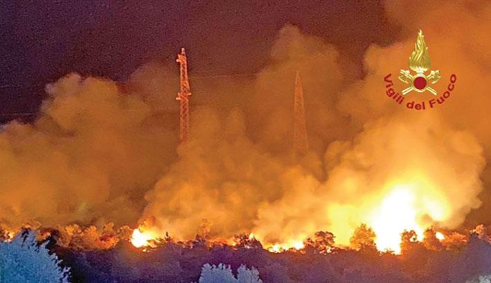 Italy firefighters battle 500 blazes