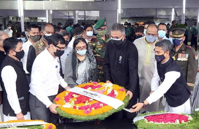 PMO officials pay tribute to Bangabandhu