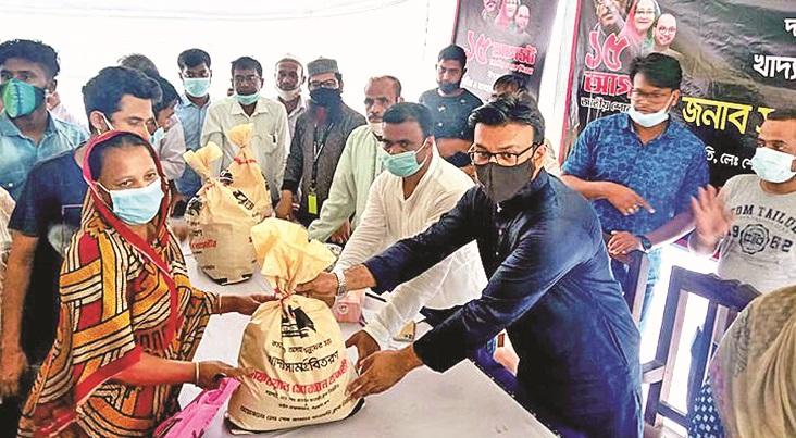 Sheikh Jamal Dhanmondi Club distributes relief in Mirsarai