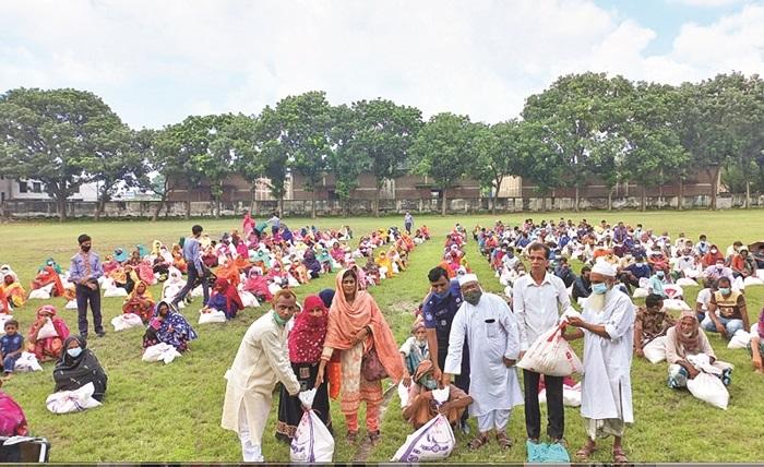 Bashundhara Group distributes relief in C'nawabganj