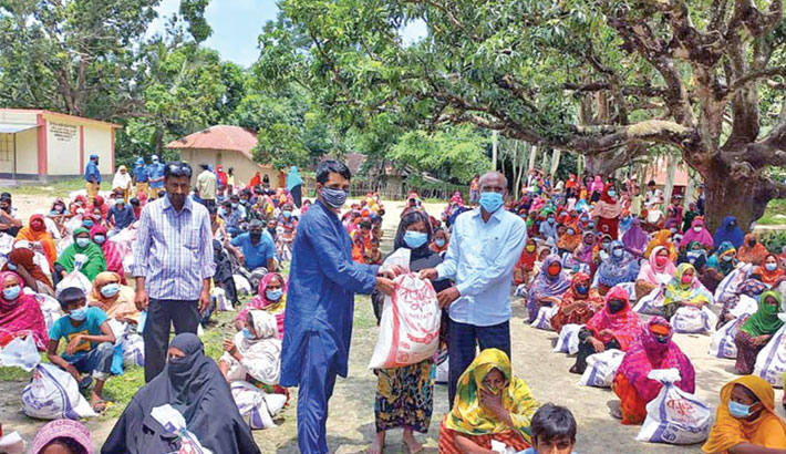 Bashundhara Group hands out relief in Rajshahi