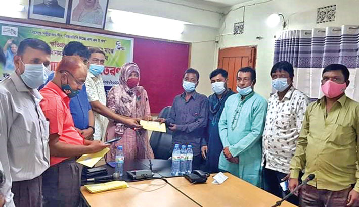 On behalf of Prime Minister Sheikh Hasina, Assistant Commissioner (Land) Rabeya Afsar Sayma hands over donation cheques among the corona-affected rural small and medium entrepreneurs at Bijoynagar Upazila Parishad Hall Room in Brahmanbaria on Tuesday. – Sun Photo