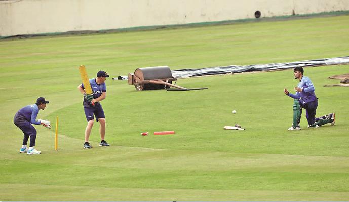 Mushfiq back behind the wicket!