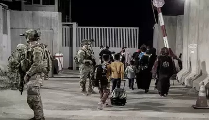 US tells citizens to leave Kabul airport gates 'immediately'