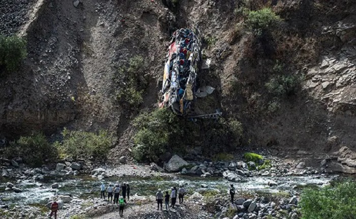 Thirty-two die as bus plunges off cliff in Peru