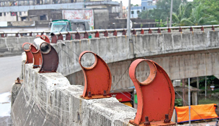 Steel pipe of a railing of Bahaddarhat flyover in Chattogram city has been stolen due to lack of monitoring by the authorities concerned. The photo was taken on Tuesday.—Rabin chowdhury