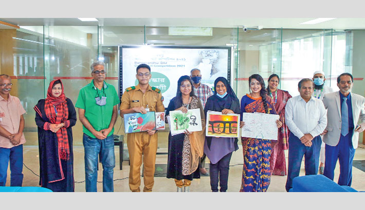 Winners of Bangabandhu-DIU Online Art Competition-2021 along with artists, Karu Titas and Aminul Hasan, and DIU senior officials pose for a photograph at a programme on the university's permanent campus in Ashulia on Tuesday, marking the 46th anniversary of assassination of Bangabandhu Sheikh Mujibur  Rahman and National Mourning Day.