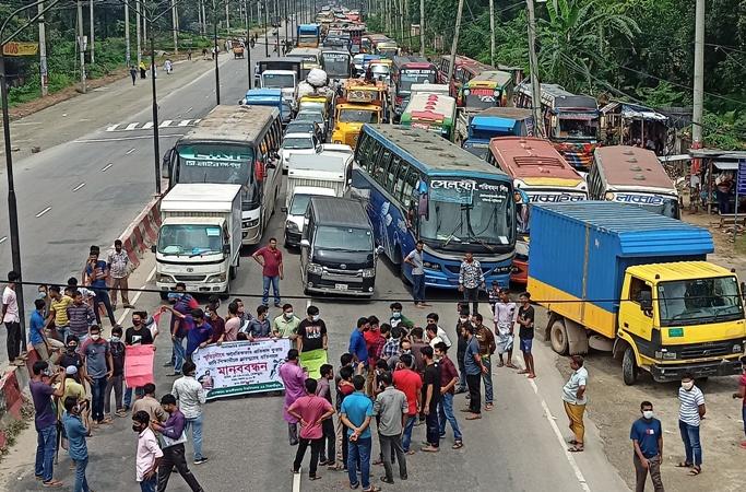 Assault on JU student: Protesters block Dhaka- Aricha highway, four Ansar men sacked