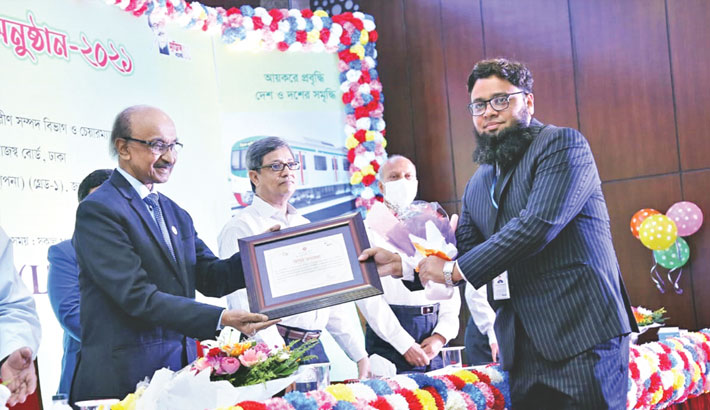 MJL Bangladesh Head of Finance and Planning SM Rahmatul Mujeeb receives the top taxpayers award 2020-21 from Bangladesh Bank Governor Fazle Kabir at a hotel in the capital on Tuesday.