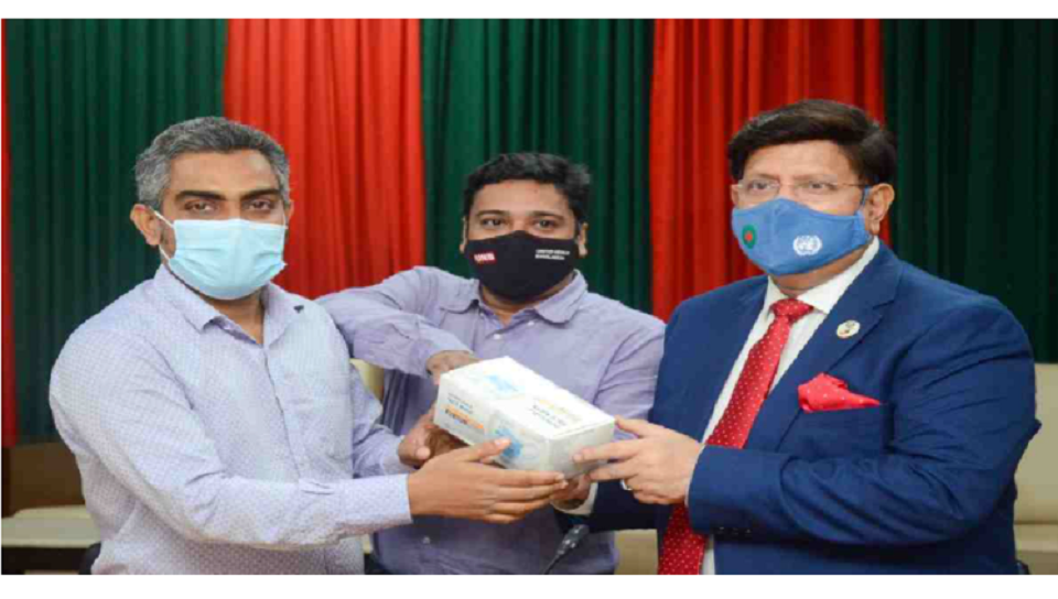 FM gifts masks to journalists at media briefing