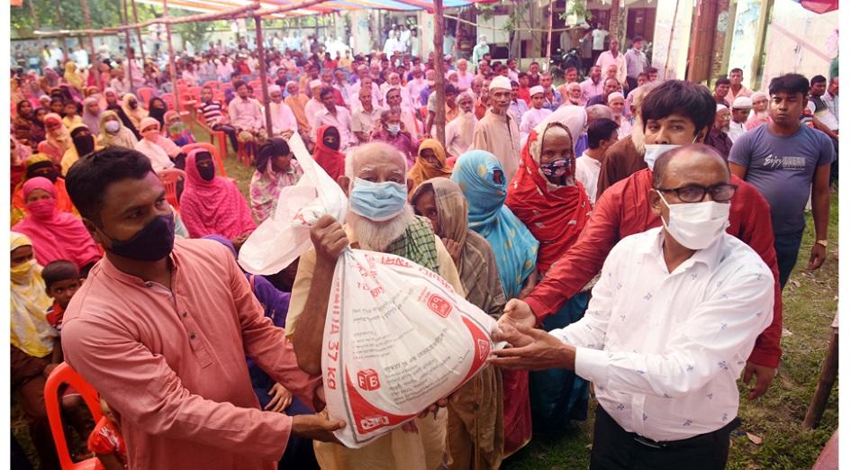 Bashundhara distributes relief among 6,000 families at Rupganj