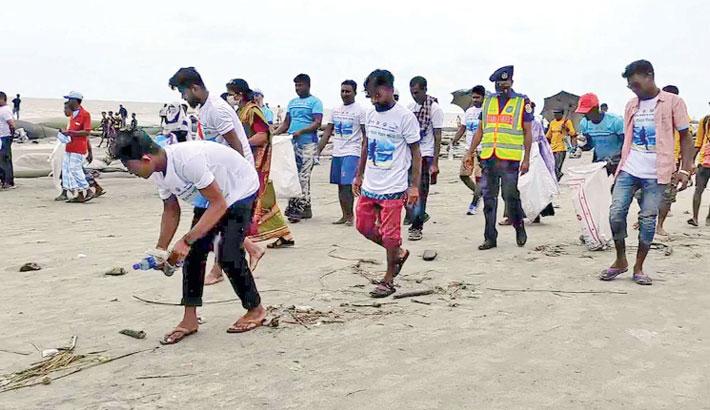 Patuakhali Fisheries Department and Worldfish Bangladesh organised a coast cleaning programme on Saturday morning, marking the International Coastal Cleanup Day. — PBA Photo