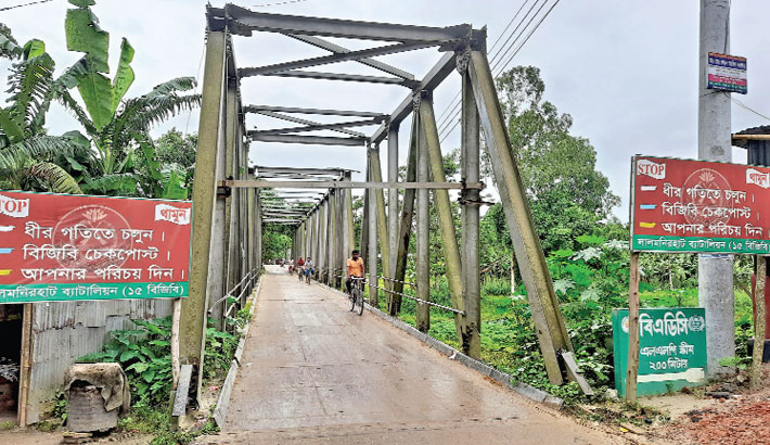 Vehicles are barred from moving fast on this Bailey bridge over the Ratnai River in Kulaghat area of Lalmonirhat Sadar Upazila as the bridge is vulnerable to collapse. The photo was taken on Saturday. — Sun Photo
