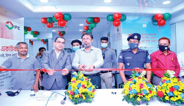 Patiya Pourashaba Mayor Ayub Babul inaugurates the newly sifted Patiya Branch of IFIC Bank at Patiya in Chittagong on Sunday. IFIC Bank Agrabad Branch Chief Manager Iqbal Parvez Chowdhury was present.