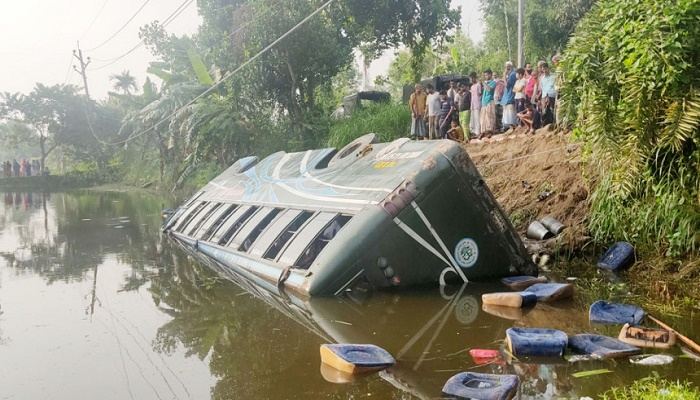 Man killed, 15 hurt as bus plunges into ditch in Tangail