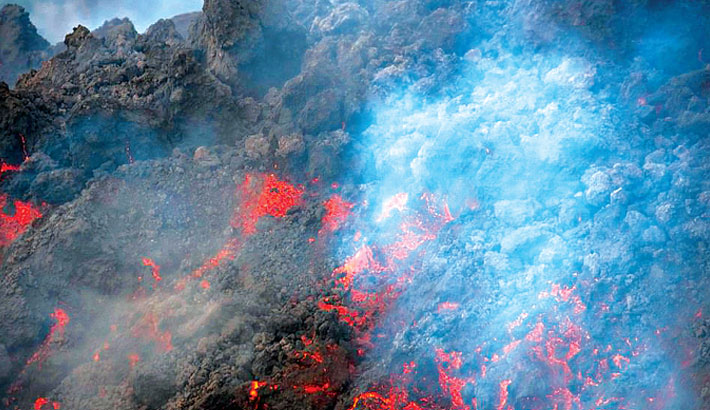 New fissure opens in Canary Islands volcano