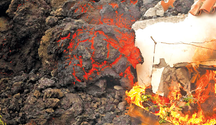 Volcano lava destroys 320 bldgs on Spanish island