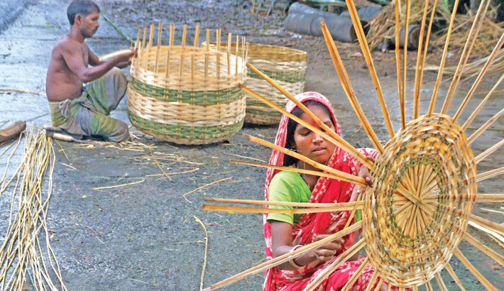Artisans are busy making traditional baskets with bamboo and cane. The photo was taken from Chuknagar village under Dumuria upazila of Khulna on Friday. – Sun Photo