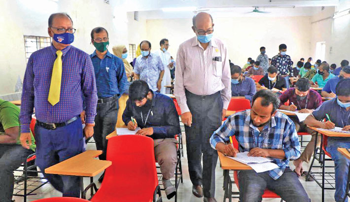Bangladesh Open University Vice-Chancellor Professor Dr Sayed Humayun Akhter along with others inspects an exam centre during BA and BSS examination-2021 at Govt Bangla College in the city's Mirpur area on Friday.