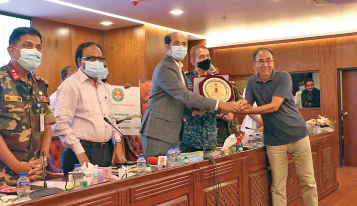Dhaka North City Corporation Mayor Atiqul Islam hands over the Best Councillor Award to Dewan Abdul Mannan, councillor of Ward 11, at a programme at DNCC Nagar Bhaban in the city's Gulshan-2 area on Sunday.