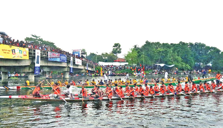 A traditional boat race (nouka baich) was held on the Chiknai river in Atgharia upazila under Pabna district on Saturday. Square Food and Beverage Ltd organised the event. Over 18 boats of Atgharia and adjoining areas of the upazila participated in the competition. – Sun Photo