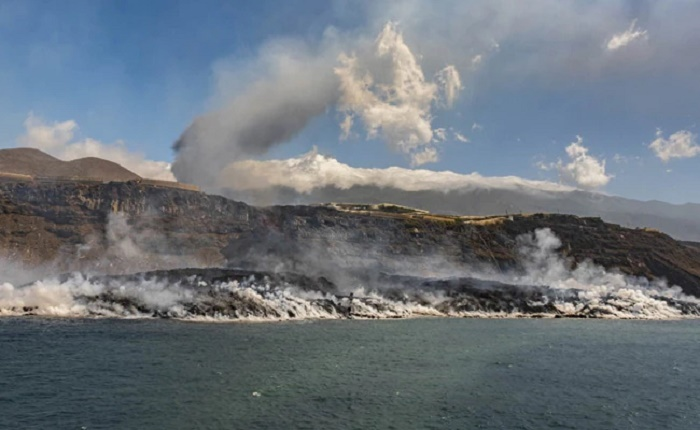 Canaries lava peninsula doubles in size as wind change raises risk