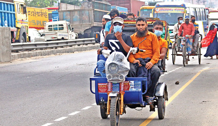 Battery-run three-wheelers, including nosimon, korimon and easy-bike, continue to ply highways defying a ban, posing risk of accident. The photo was taken from Madanpur of Narayanganj of the Dhaka-Chattogram highway on Friday.—Reaz Ahmed Sumon
