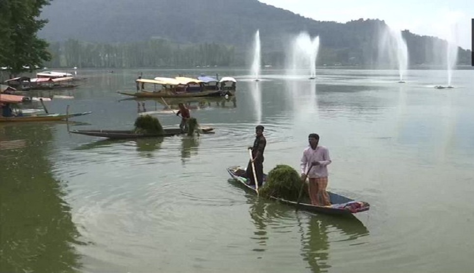 Cleanliness drive of Dal Lake in Srinagar in full swing