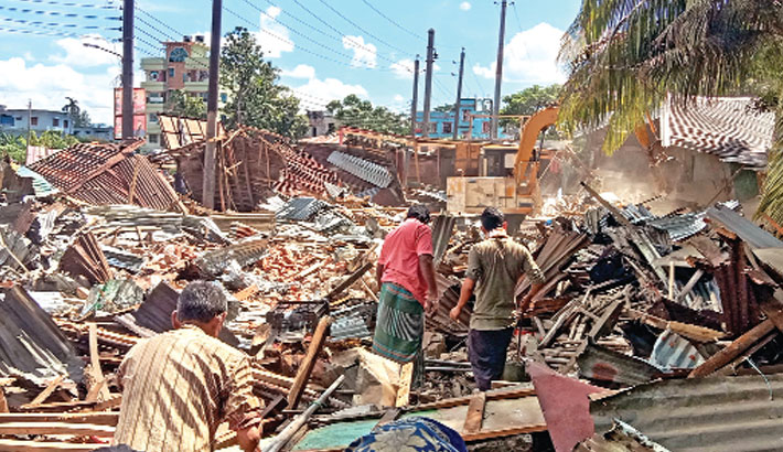 Patuakhali district administration demolish 52 illegal establishments near PDS field of the town on Saturday. Executive magistrate Md Alauddin and Sadar upazila assistant commissioner (land) Md Shahin Mahmud conduct the drive.– Sun Photo
