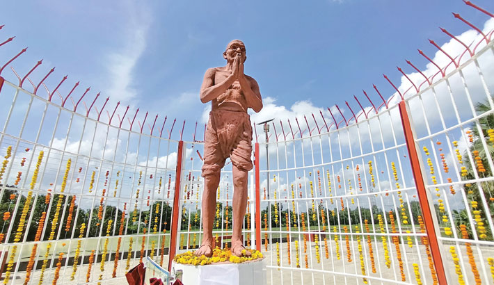 A sculpture of Indian Father of the Nation Mahatma Gandhi has been inaugurated in Atrai Upazila of Naogaon district on the occasion of the 152nd birth anniversary of the great leader. Gandhi had visited Atrai in 1925 to stand by the helpless people. Indian Deputy High Commissioner Sanjeev Kumar Bhati inaugurated the sculpture on Saturday.—sun photo