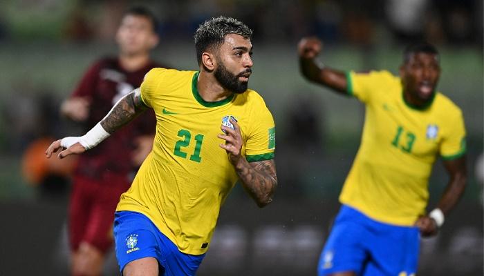Late Barbosa penalty helps preserve Brazil's winning start