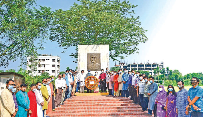 Teachers, students and employees of Begum Rokeya University, Rangpur (BRUR) pay tribute to Bangabandhu Sheikh Mujibur Rahman by placing a wreath at his portrait on the university campus on Tuesday, marking the 13th founding anniversary of the institution. – Sun Photo