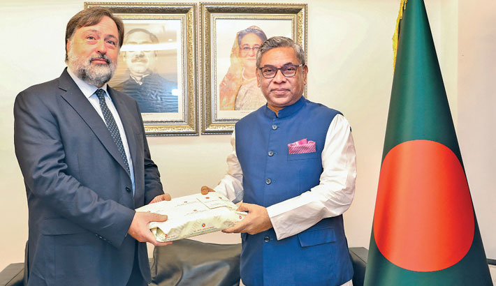 State Minister for Power, Energy and Mineral Resources Nasrul Hamid hands over a souvenir to Cop 26 Regional Ambassador for the Asia-Pacific and South Asia Ken O'Flaherty during his visit at Secretariat in the capital on Wednesday.