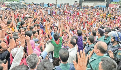 <p>Garment workers stage demos for arrears in Ctg</p>