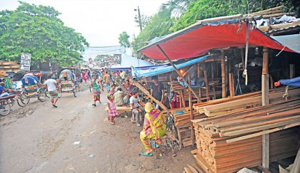 <p>Roads covered with illegal shops</p>