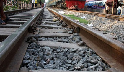 <p>Garment worker dies under train while saving kid</p>